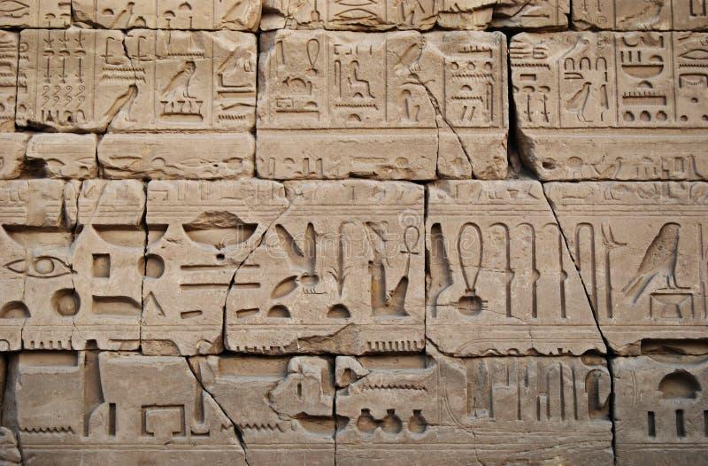 古象形文字与埃及寺庙墙上的浮雕 免版税库存照片