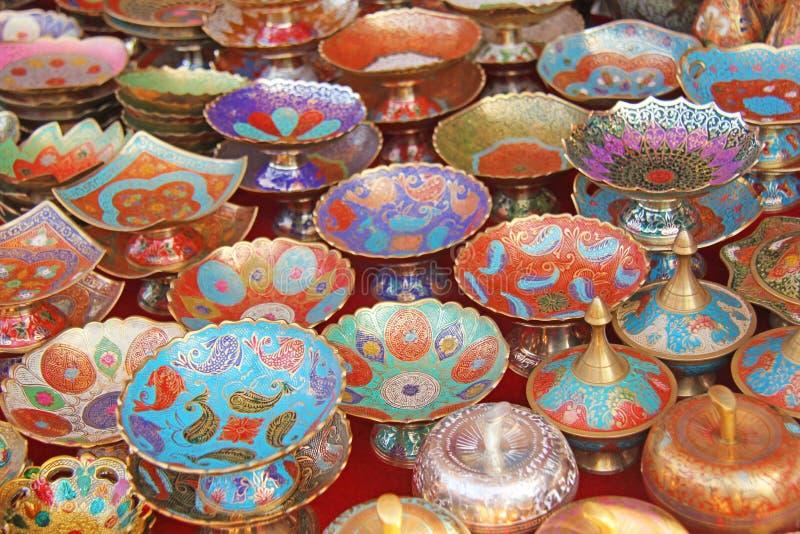 古铜和搪瓷ar色的美丽的碗筷花瓶板材  库存图片