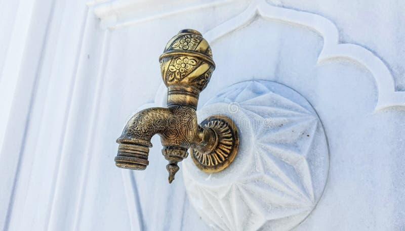 古铜色古色古香的龙头有装饰的白色背景 库存图片