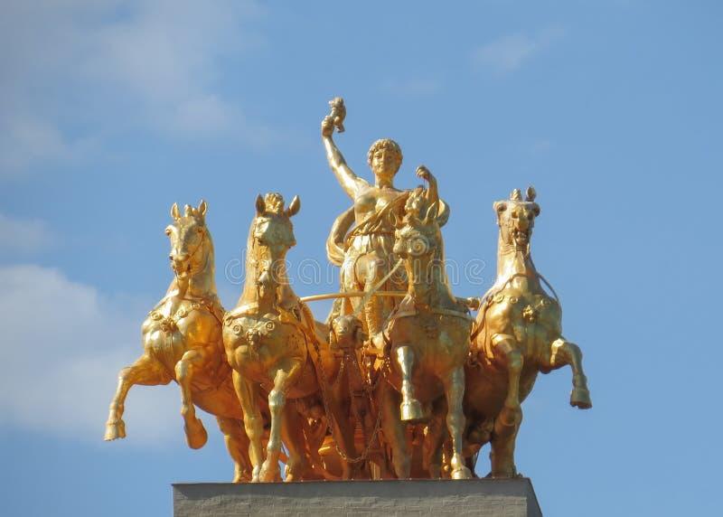 古铜色四马二轮战车极光在公园城堡 巴塞罗那 库存照片
