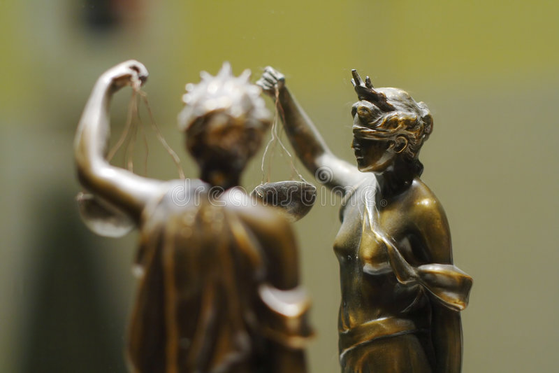 古铜色正义老雕象 免版税图库摄影