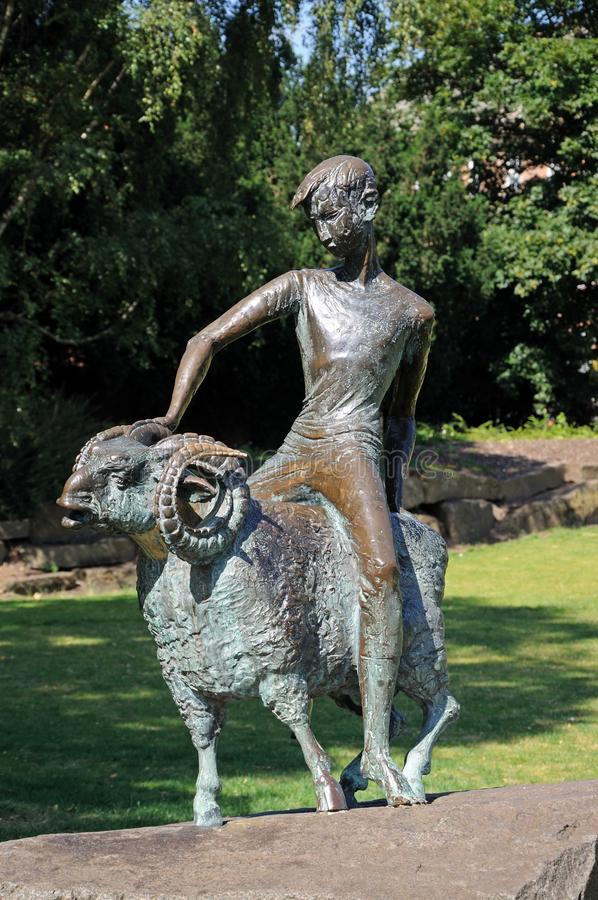 古铜色男孩和公羊雕象,德比 免版税图库摄影