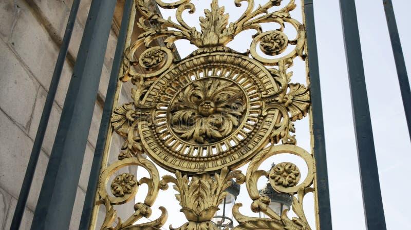 古铜色门的细节- Tuileries庭院 库存图片