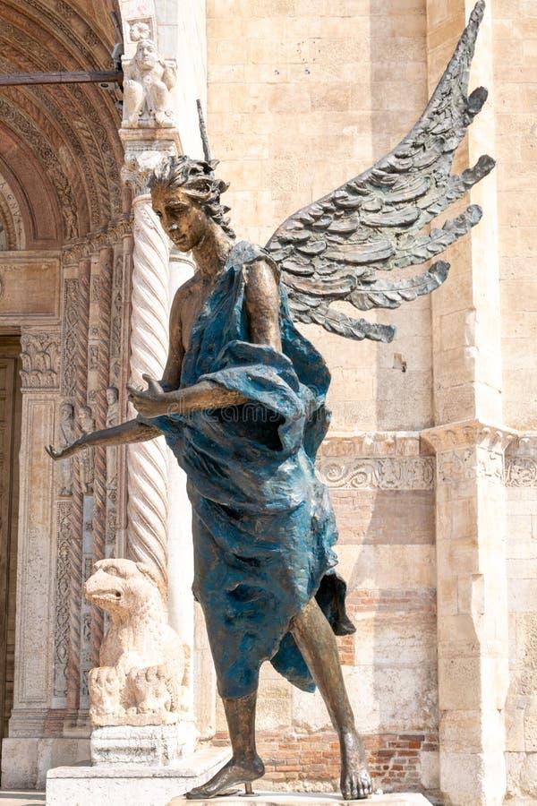 古铜色雕象采纳或者好客蓝色天使,阿尔巴诺河波利在大教堂前面,维罗纳,意大利 免版税库存照片