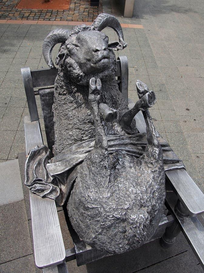 古铜色绵羊雕象 免版税库存照片
