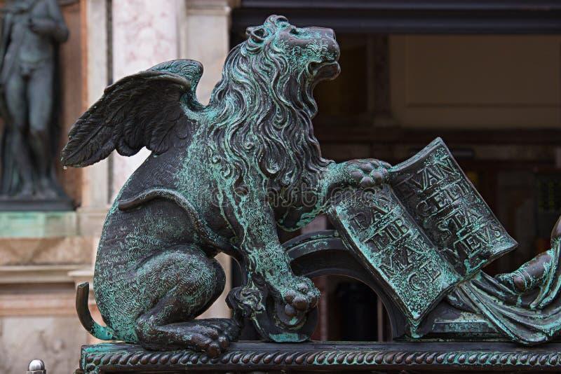 古铜飞过的狮子在威尼斯 库存照片