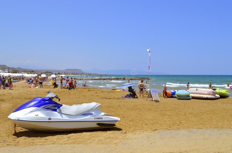 古韦斯海滩inflatables在克利特 免版税库存照片