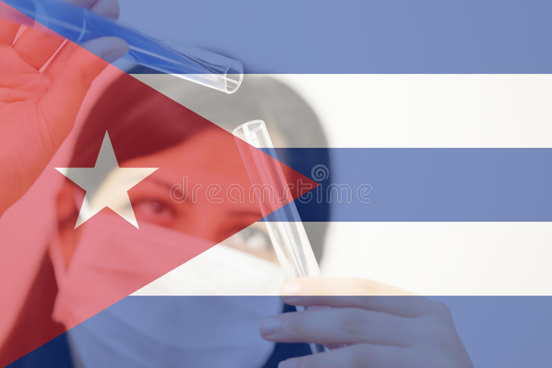 古巴和癌症疫苗,拿着两个玻璃管的年轻化工女性研究员 免版税图库摄影