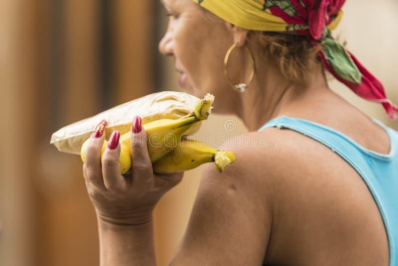 古巴妇女运载的香蕉哈瓦那 图库摄影
