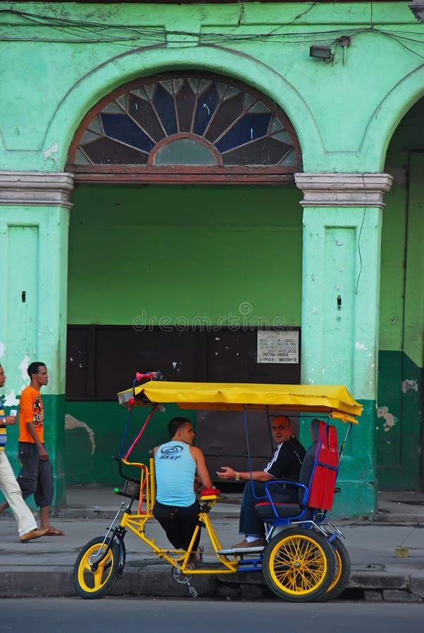 古巴的五颜六色的trishaw在老大厦前面的在哈瓦那 库存照片