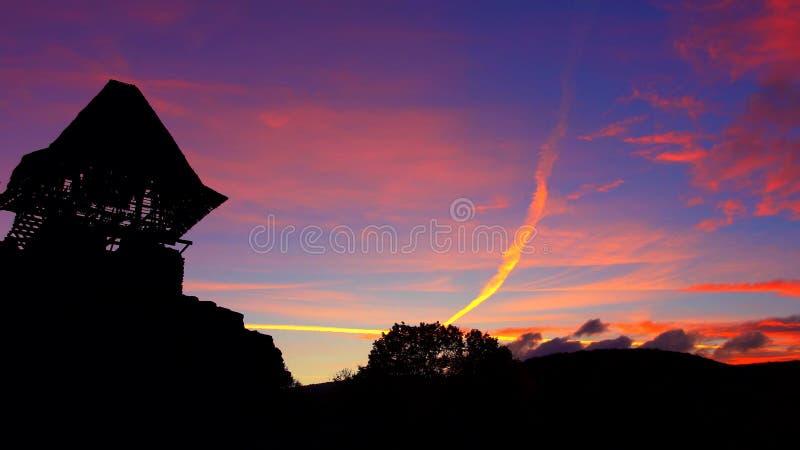 另一日落:凝视美味和粉红日落的Nevytsky城堡 免版税库存图片