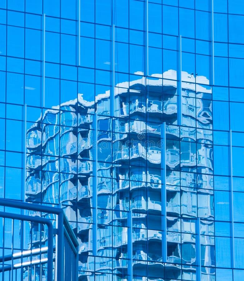 另一栋建筑窗户上蓝色高楼的反映 免版税库存照片
