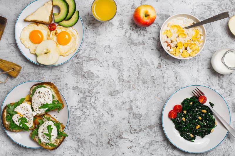 另外健康食物框架轻的表面,顶视图上的 库存图片