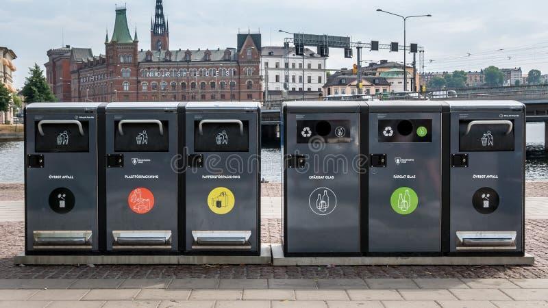 另外垃圾的垃圾容器在斯德哥尔摩,瑞典的中心 废弃物收集在随后回收的欧洲, 图库摄影