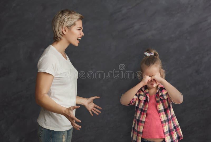 另外年龄争论的姐妹 免版税库存照片