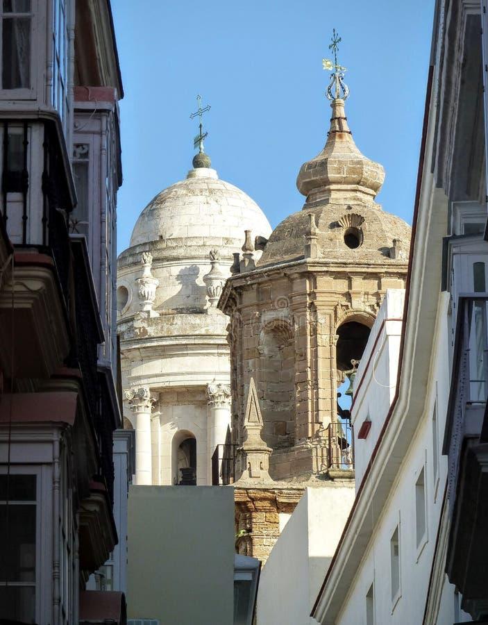 另外样式两座钟楼肢在卡迪士窄路的在安大路西亚在西班牙 免版税图库摄影