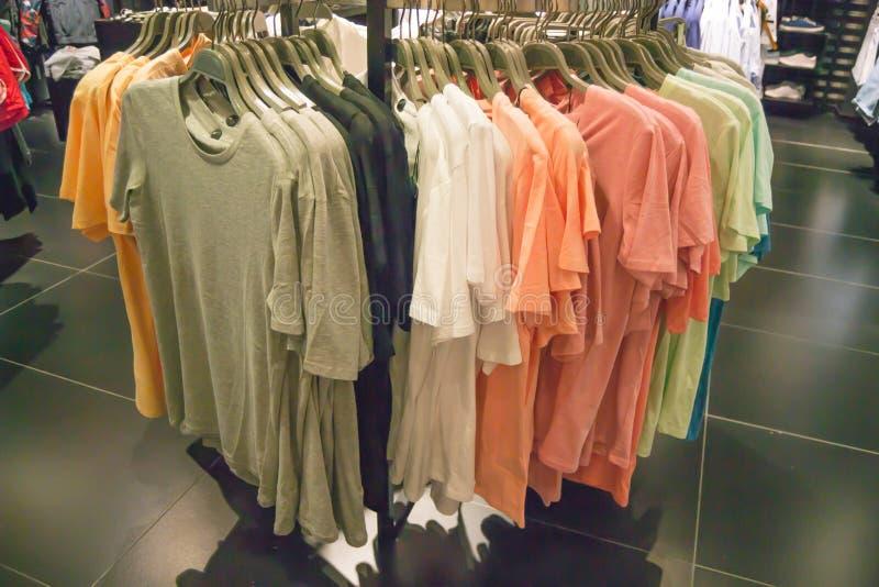 另外色的T恤杉在一家奢侈品商店的库存-男服 免版税库存图片