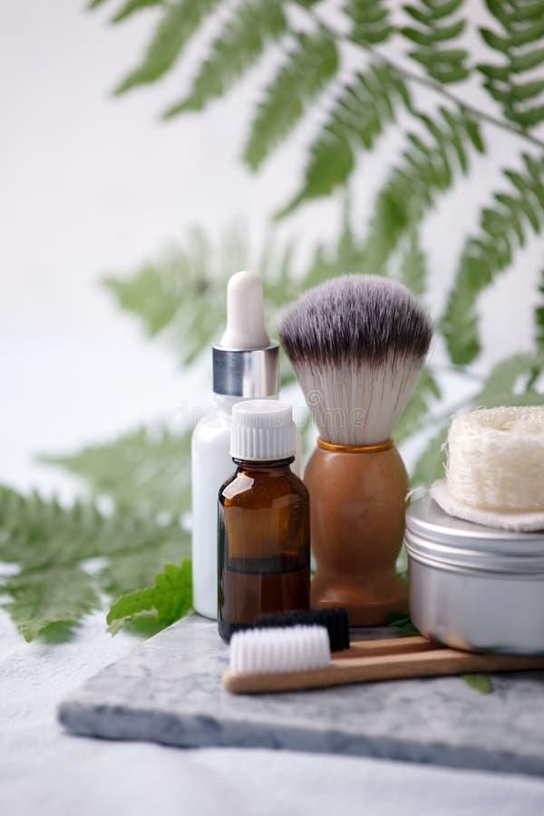 另外eco友好的化妆品在卫生间里 使减到最小的生态脚印概念 竹毛巾,生物可分解 库存照片