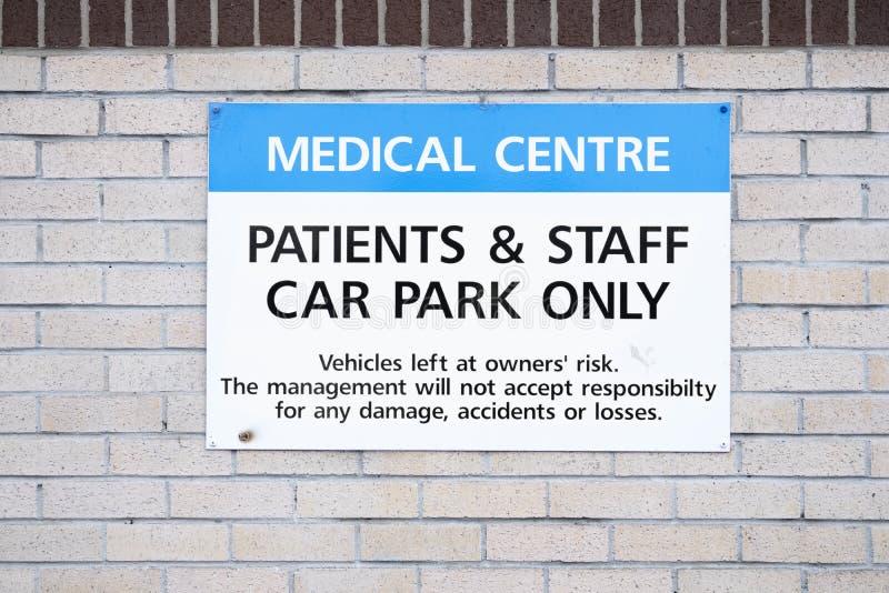 只有职员和患者的医疗医院停车场标志停车处 图库摄影