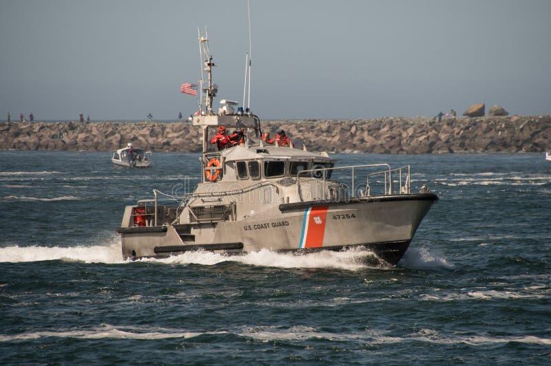 47只脚美国海岸卫队马达在巡逻的救生船在Tillamook酒吧 库存图片