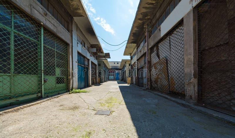 只雇佣工会会员的工厂 恶劣的后面街道在比雷埃夫斯 免版税图库摄影