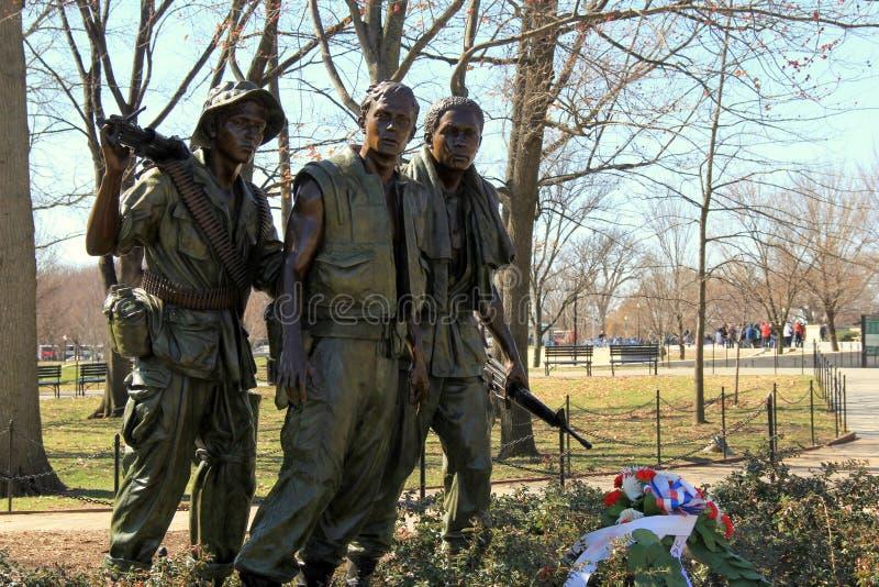 叫作'三位战士'的古铜色雕象,恭维对越战纪念碑,华盛顿特区, 2015年 免版税库存照片