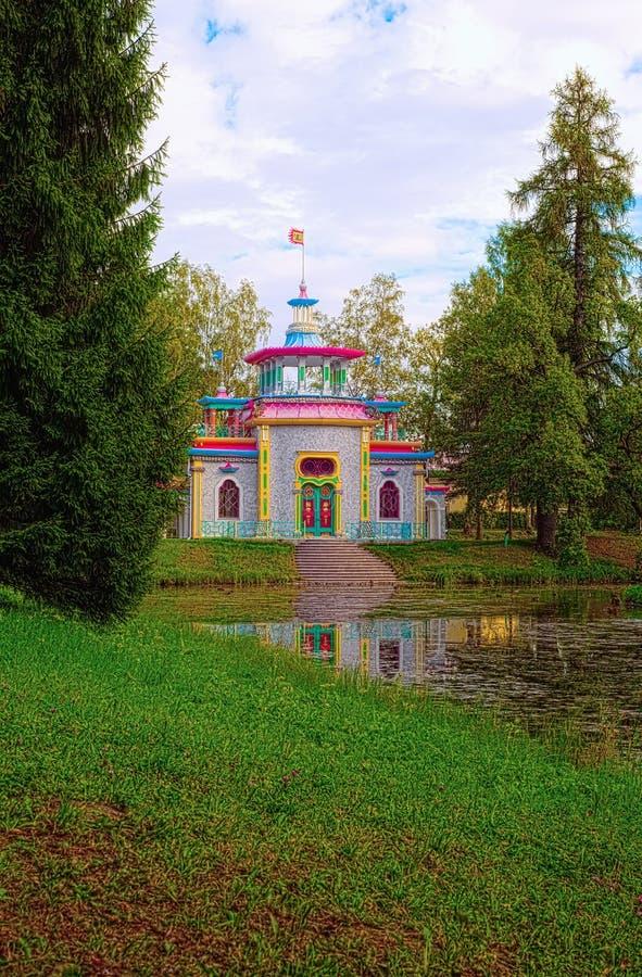 叫作咯吱咯吱响的-或汉语-夏天房子的亭子池塘的美丽如画的银行位于Tsarskoye Selo, Pus 图库摄影