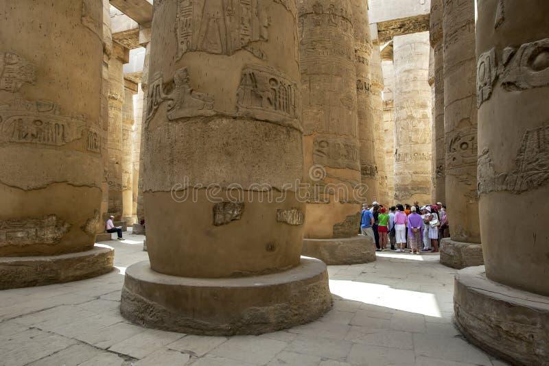 叫作在卡纳克神庙寺庙& x28内的次附尖霍尔的巨型专栏的部分; Amun& x29寺庙;在卢克索,埃及 免版税库存照片