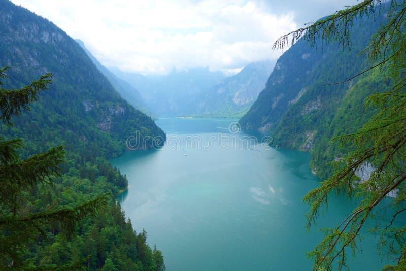 叫作德国` s最深和最干净的湖的Konigsee惊人的五颜六色的水,位于Berchtesgadener国家公园, Uppe 图库摄影