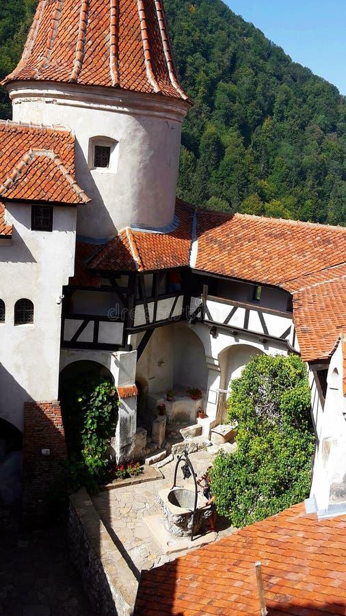 叫作德雷库拉` s城堡的麸皮城堡的内部围场,罗马尼亚 免版税库存照片