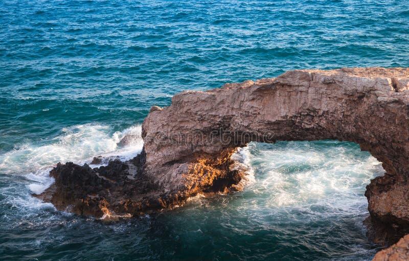 叫作爱桥梁的石曲拱 库存图片