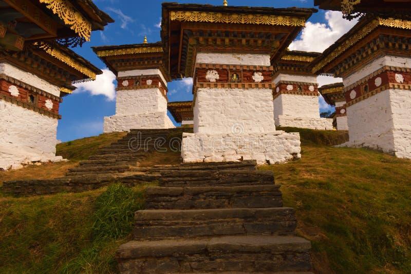 叫作Druk或stupas的108纪念品chortens Wangyal Chortens在Dochula通行证,不丹 免版税图库摄影