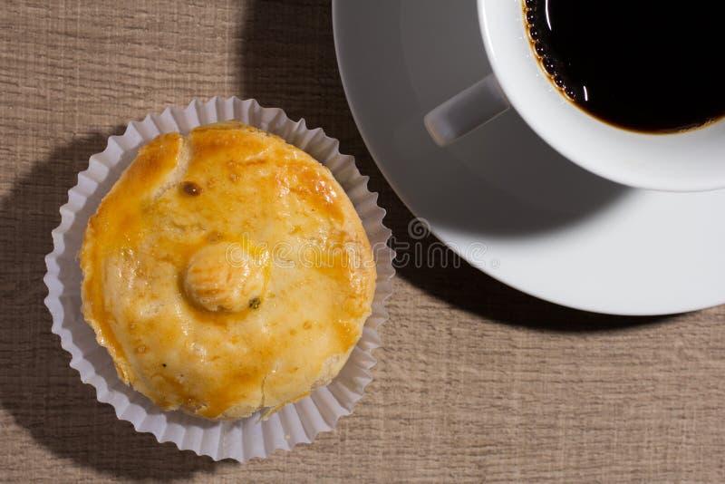 叫作Empada的被充塞的鸡饼在葡萄牙和巴西 Snac 免版税库存照片