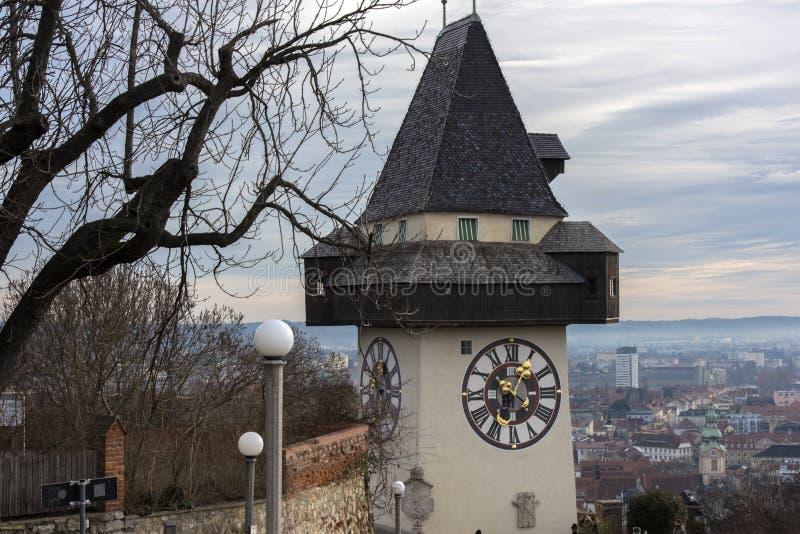 叫作Urhturm的城市时钟,决定小山Schl的上面 库存照片