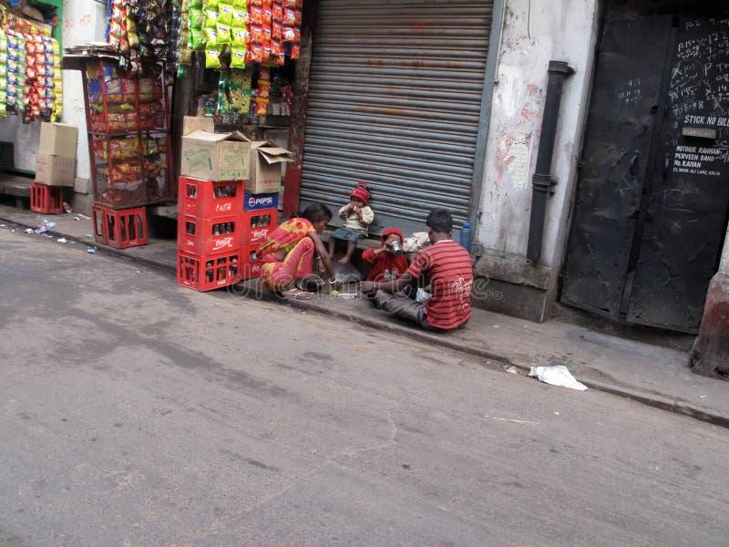 叫化子kolkata街道 可怜的家庭在街道上吃 免版税库存照片