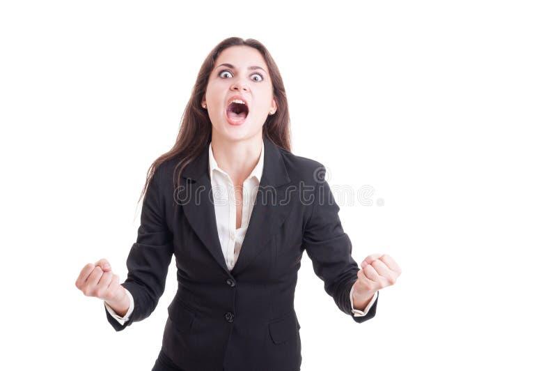 叫喊和呼喊象疯狂的显示的旧布的恼怒的女商人 免版税库存照片