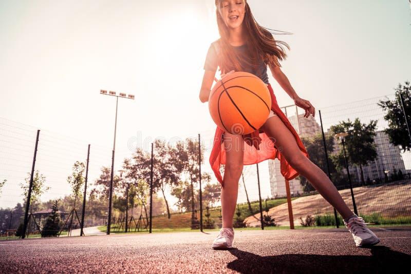叫喊在篮球赛被体验的皮包骨头的女孩 库存照片