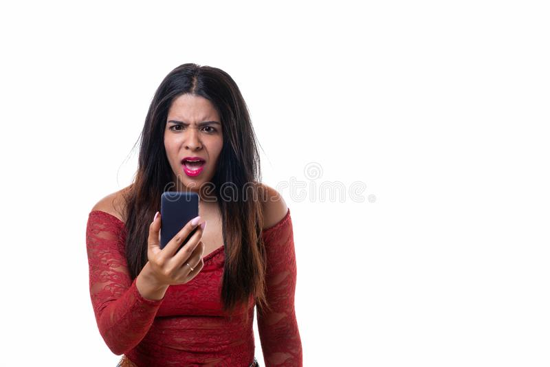 叫喊恼怒的妇女,当看她的电话时 图库摄影