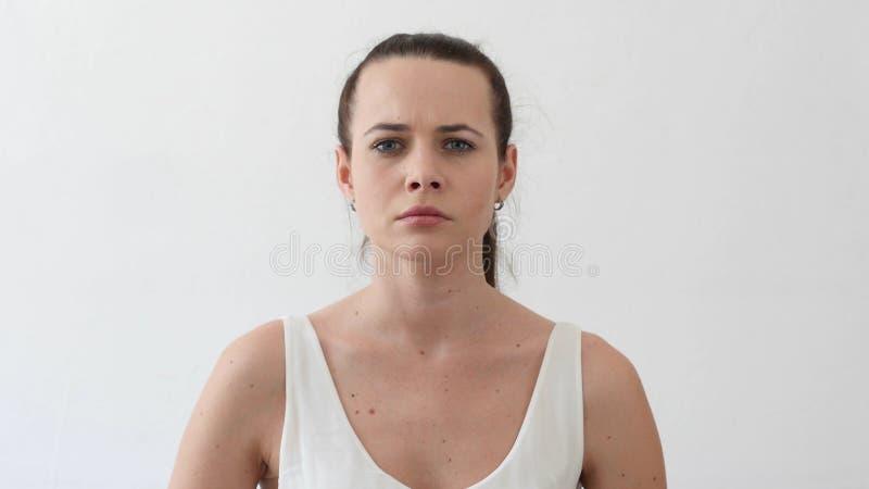 叫喊恼怒的少妇争论和姿态,画象 免版税库存照片