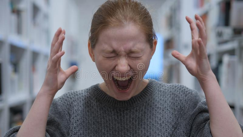 叫喊的少妇画象,呼喊在咖啡馆 库存照片