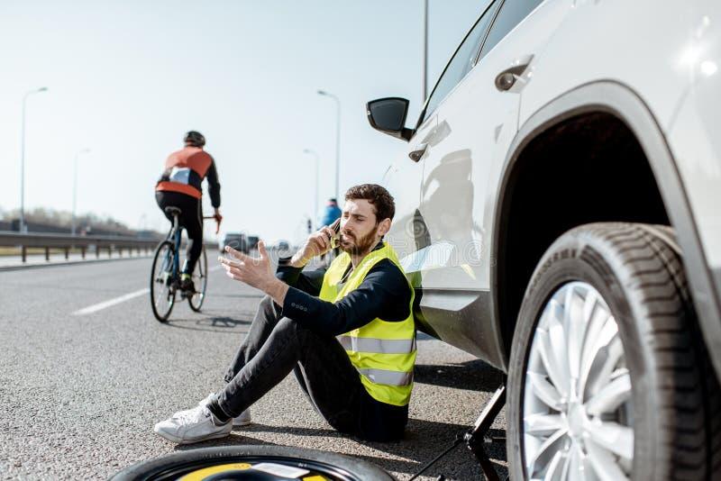 叫的人在高速公路的路协助 图库摄影