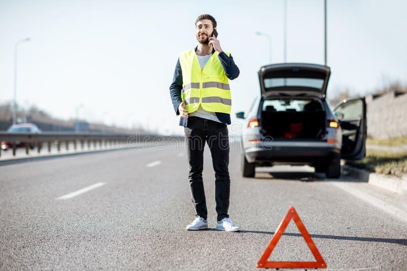 叫的人在高速公路的路协助 免版税库存图片