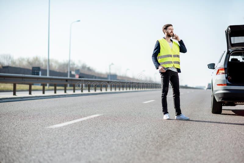 叫的人在高速公路的路协助 免版税库存照片