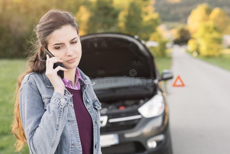 叫的妇女汽车协助 免版税库存图片