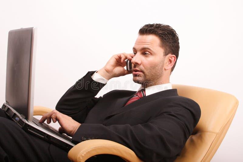 叫的生意人英俊的膝上型计算机 免版税库存照片