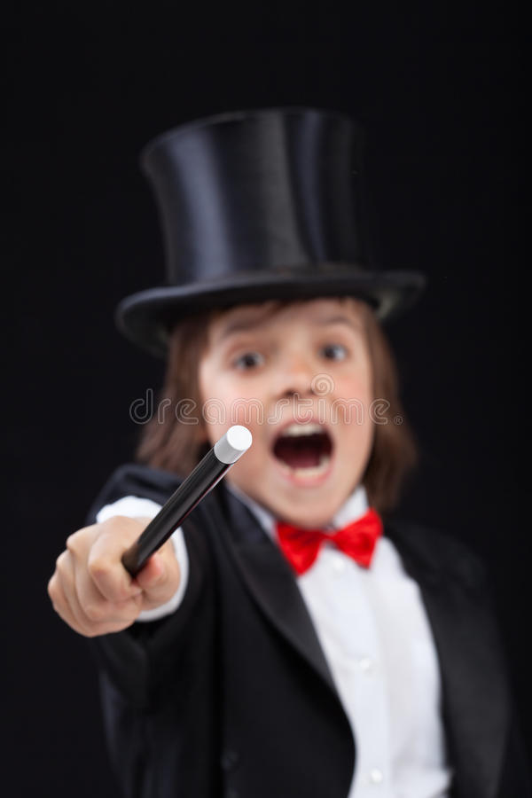 召唤与不可思议的鞭子的年轻巫术师-集中于鞭子技巧  库存照片