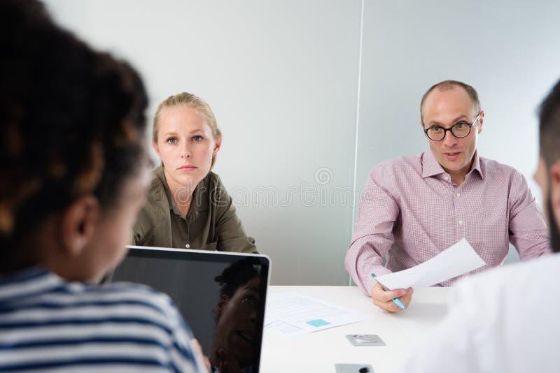 召开会议的企业队在会议室里 库存图片