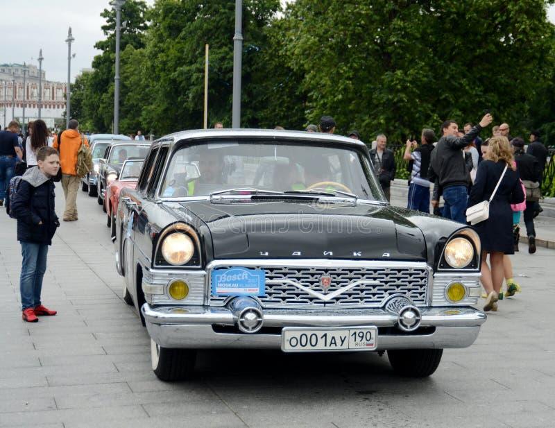 召集的老汽车苏联客车GAZ-13代表性类`柴卡`在莫斯科 免版税库存图片