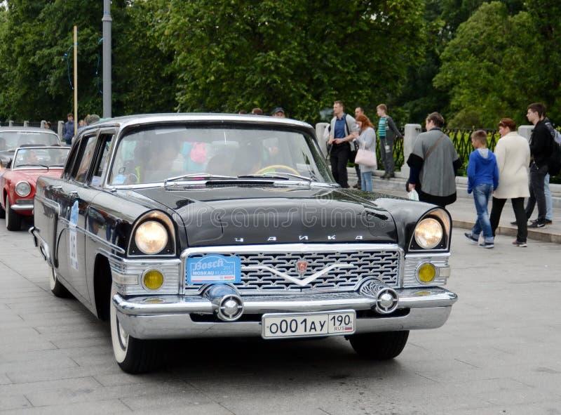 召集的老汽车苏联客车GAZ-13代表性类`柴卡`在莫斯科 库存照片