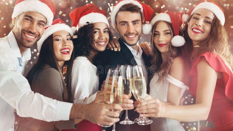 叮当响与在新年` s伊芙的香槟玻璃的不同的朋友 免版税库存照片
